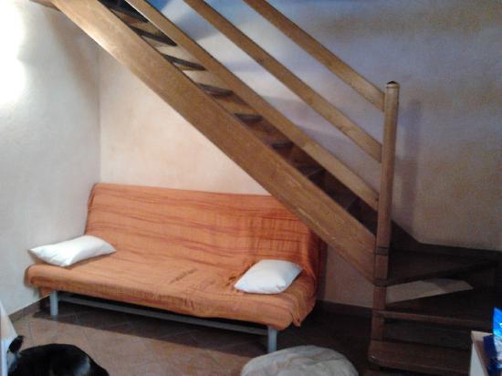 Residence La Tana del Ghiro: salottino e accesso al soppalco