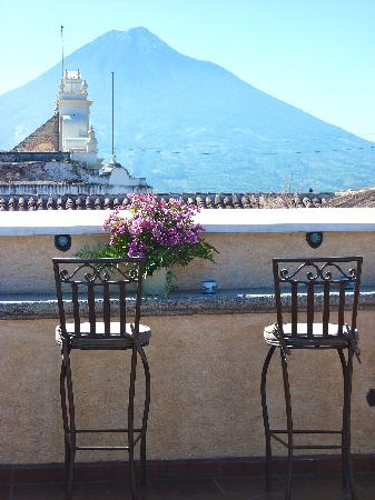 D'Leyenda Hotel: Rooftop patio, with volcano view.