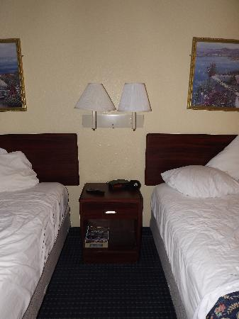 Howard Johnson Inn and Suites Central San Antonio: Beds