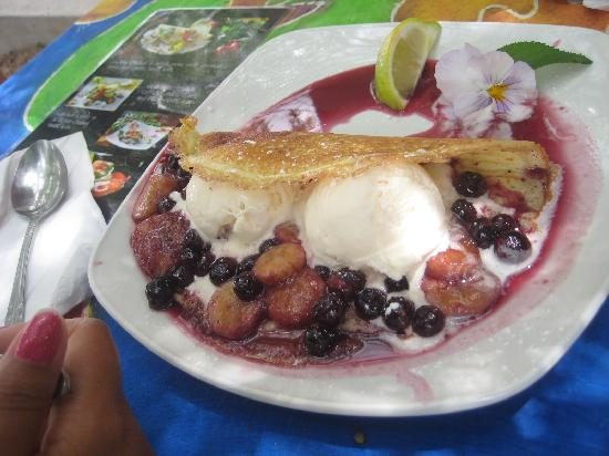 Gideon's The Famous Franschhoek Pancake House: Bananas flambe in muskadel with blue berry sauce