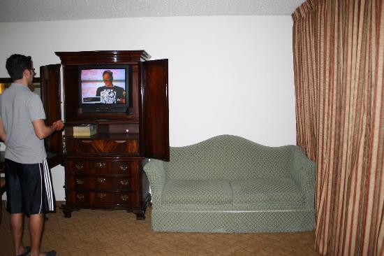 Windemere Hotel and Conference Center : couch and TV
