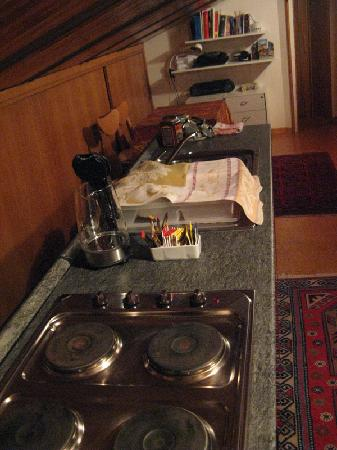 B&B Gheller: Vista della cucina (con bollitore prodigioso)