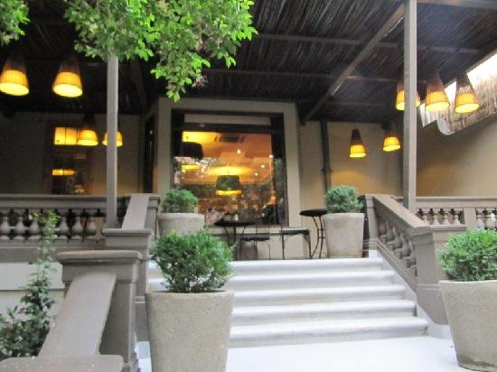 Lastarria Boutique Hotel : The indoor/outdoor cafe.  still waiting on the alcohol license.