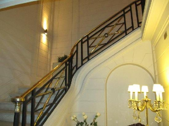 Lastarria Boutique Hotel : Internal staircase up to the cafe and the rooms on the 1st floor.