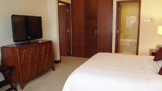 Copthorne King's Hotel Singapore: tv in bedding area