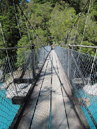 Hokitika, New Zealand: On the swingbridge