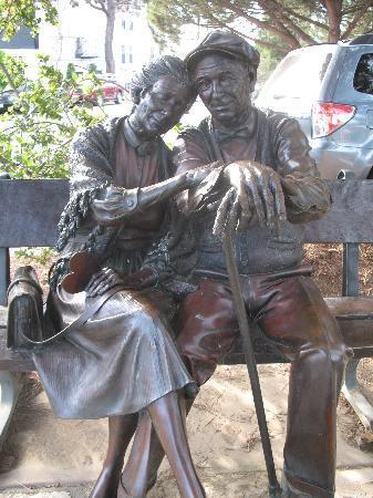 Carmel Wayfarer Inn : bronze lovers in park