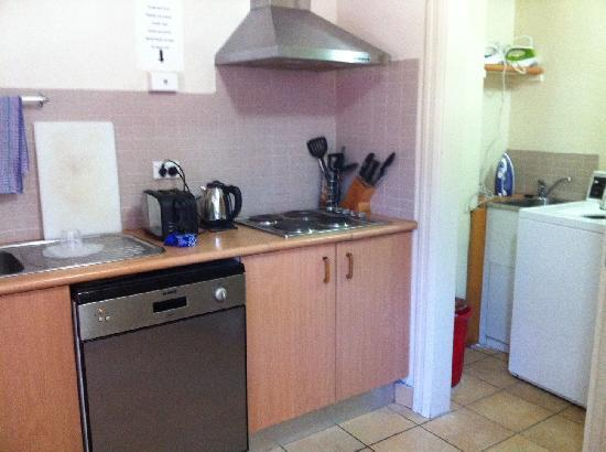Perouse Lodge: common kitchenette and laundry