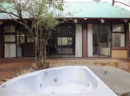 Leopard Walk Lodge : One of the 'Secret in the forest' rooms with its private whirlpool