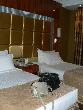 Royal Dyar Hotel: Push the 2 3/4 singles together for a B I G bed :)