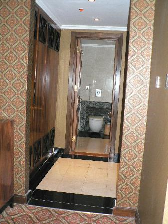 Royal Dyar Hotel: Walk through closet area