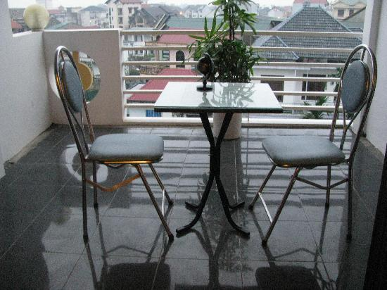 Victory Hotel Hue : Patio accesed from room