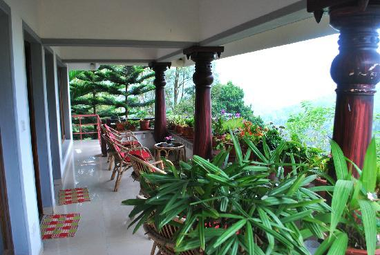 Munnar Carpe Diem Cottage : The balcony from where one can see heaven!!!