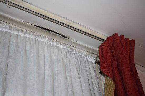 Peletier Haussmann Opera Hotel : room curtains