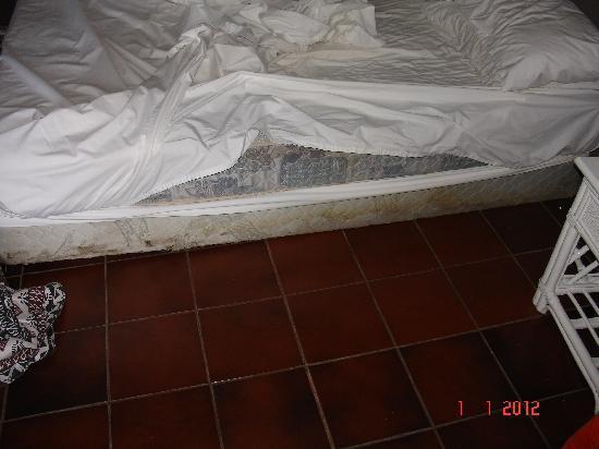 Sonaisali Island Resort Fiji: Filthy bed