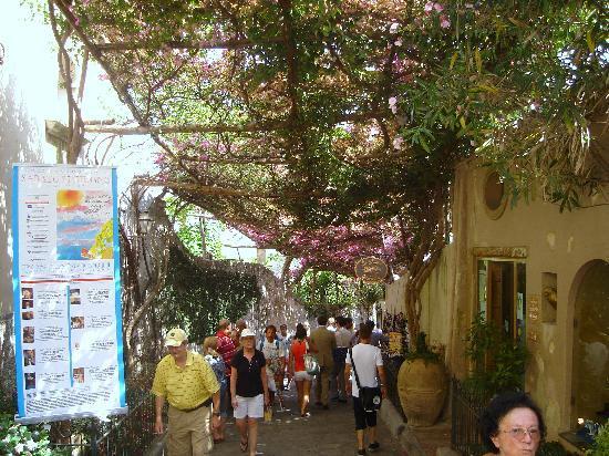 Discover Positano - Daily Tour: de bruidssluier van Positano waar veel jonge koppeltjes doorheen lopen naar de kerk