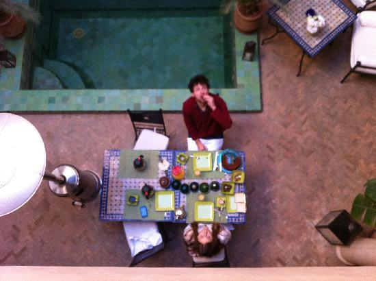 Riad Couleurs Du Sud : Looking down on breakfast from the second floor