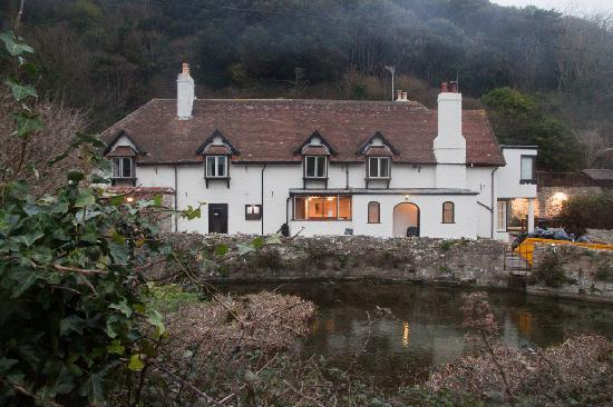 Lulworth Lodge: Hotel from other side of pond