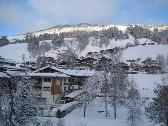 Hotel Almrausch : and view over to slopes opposite