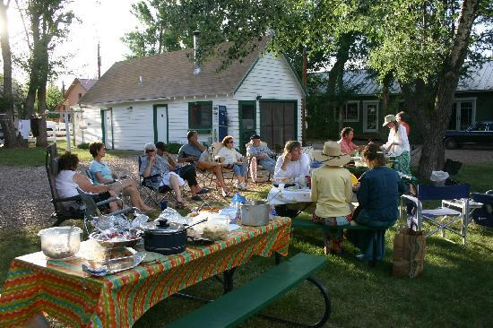 Lucy's RV Park: Group Potluck!