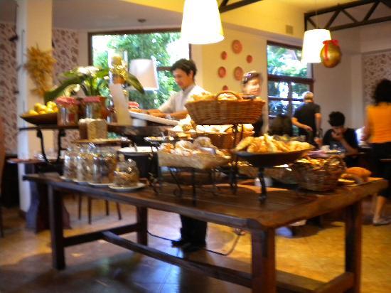 Una de las mesas del desayuno picture of hotel saint george puerto iguazu tripadvisor - Mesas de desayuno ...