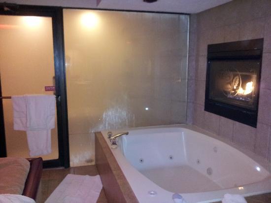 Essence Suites: Steam Shower/Jacuzzi/Fireplace