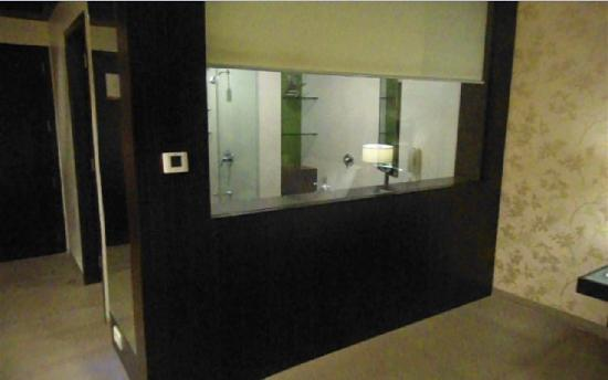 Hotel Supreme Heritage: View of the room through the glass partition of the bathroom