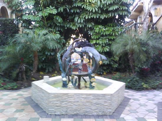 Days Inn & Suites Altamonte Springs: Fountain by the office of hotel