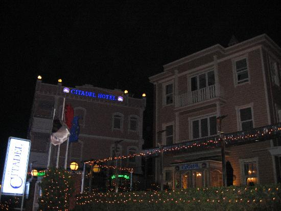 Best Western Citadel Hotel: The front of the hotel at night.