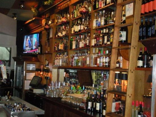 "Pomodorino Restaurant of Huntington: Large bar selection w/52"" LCD TV's"