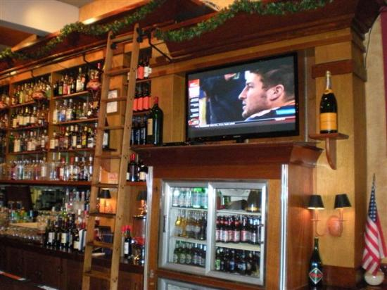 Pomodorino Restaurant of Huntington: A great bar area to view your favorite sporting event