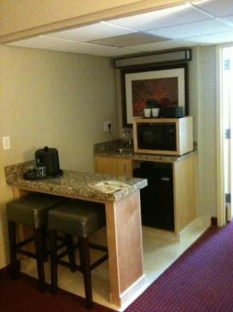 Embassy Suites by Hilton West Palm Beach Central: Microwave, refrigerator and bar area.