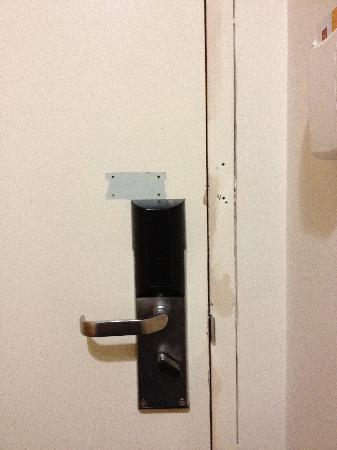 كواليتي هوتل مانور: door lock