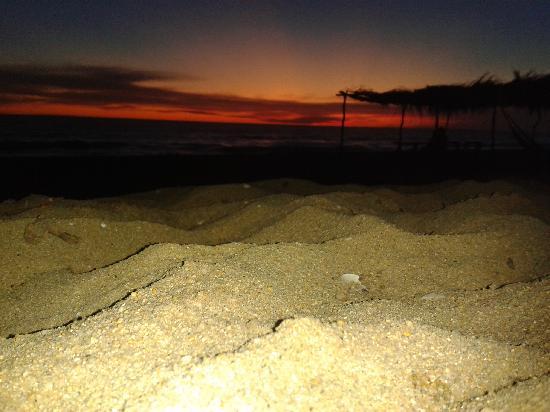 Posada Quintomondo: Un atardecer en la playa del hotel