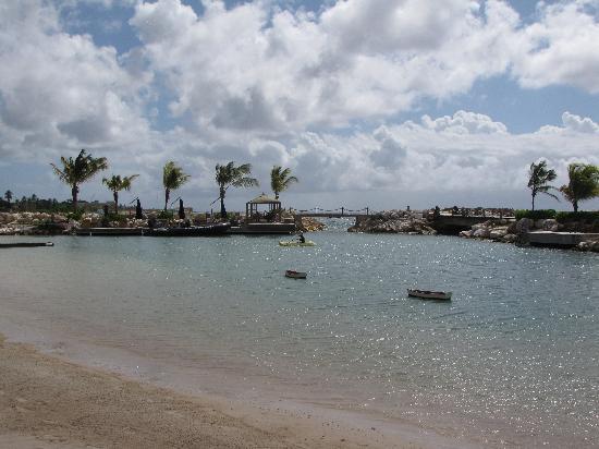 Baoase Luxury Resort: Resort lagoon