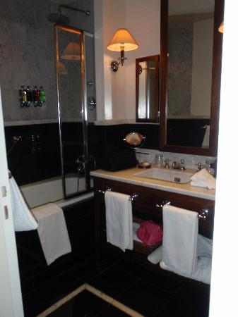 Hotel de la Tremoille: Bathroom