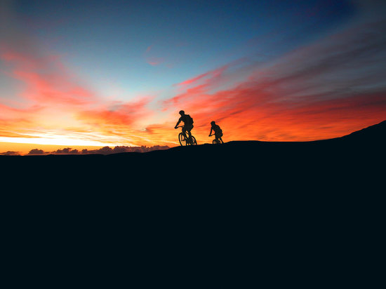 Paia, Hawái: Watch the sunrise from 10,000 feet on Maui's Haleakala Volcano and bike down to the beach.