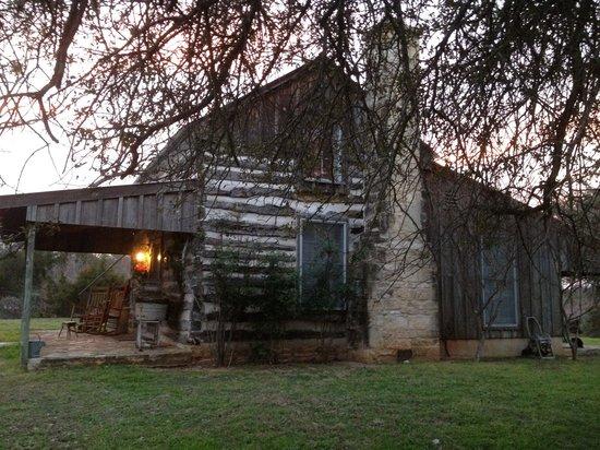 Palo Alto Creek Farm : Side view of the cabin