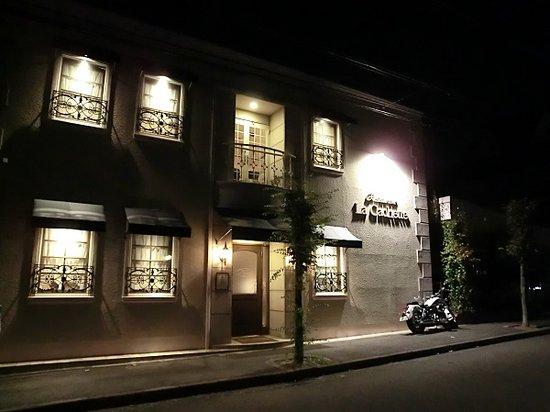 La Cachette : 店舗外観(夜)