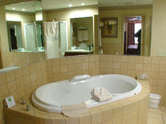 Split Rock Resort: Willowbrook Bathroom...with Large Jacuzzi