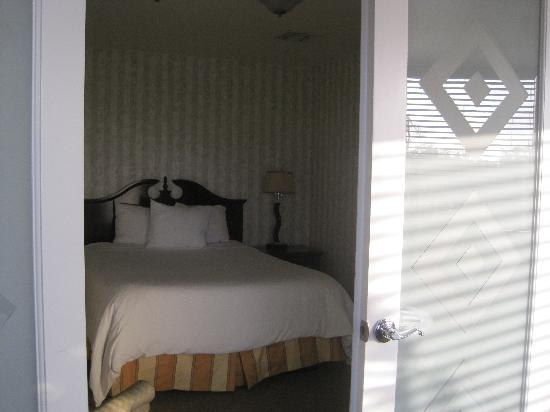 Carousel Inn and Suites: queen size bedroom