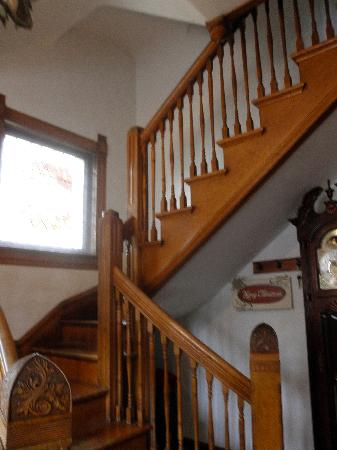 Lennox House Bed and Breakfast: Stairs.