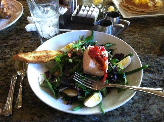 Raffles Cafe: Salmon Niçoise salad