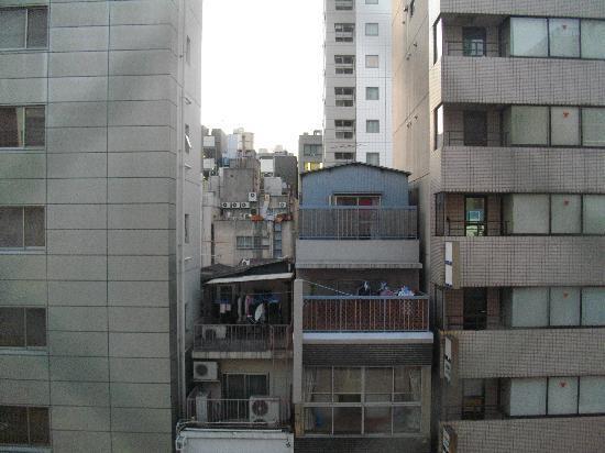 Hotel Shinbashi Sanbankan: 窓から撮った風景(街中ですが防音が良いのか静かでした)