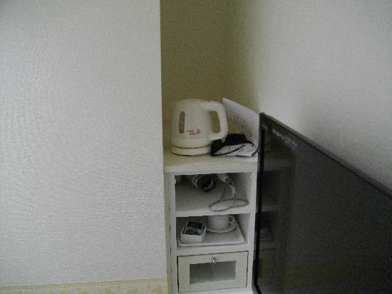 Hotel Shinbashi Sanbankan: 冷蔵庫、洗濯機の横にポットが有ります。