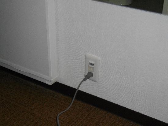 Hotel Shinbashi Sanbankan : 空気清浄機のコンセントはズボンプレッシャーのコンセントに差込ました。