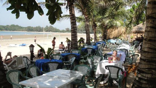 Noble House Beach Resort : the restaurant between the pool and the beach
