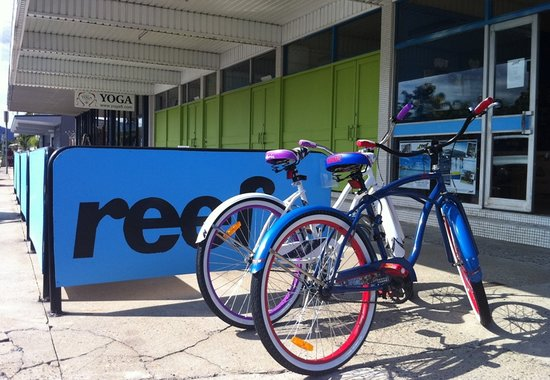 Reef Backpackers: Street view with free bikes