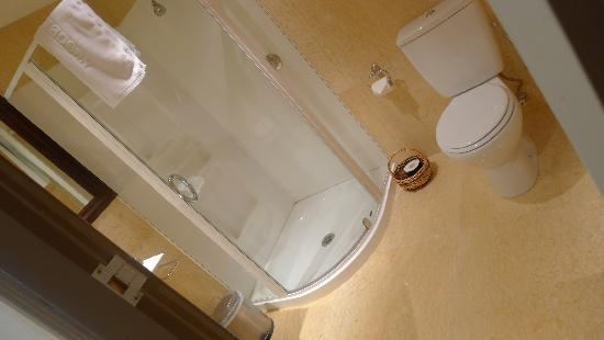 Nugget Point Queenstown Hotel: Spacious shower with separate jet tub
