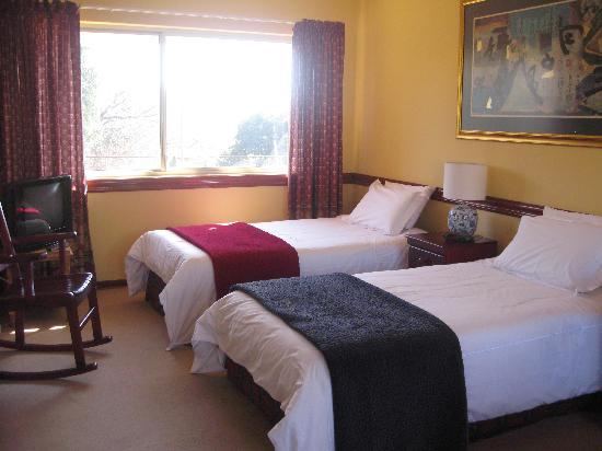 DimSum Guest House: North Suite with twin beds and en-suite bathroom